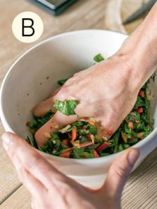 Kimchi-Zutaten vermischen für »Selbermachen – das Kochbuch«