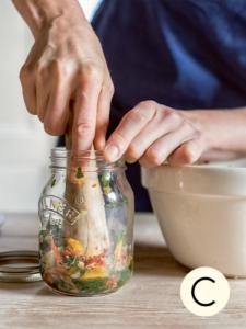 Kimchi stampfen für »Selbermachen – das Kochbuch«